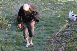 Alain, en tongues dans l'herbe gelée